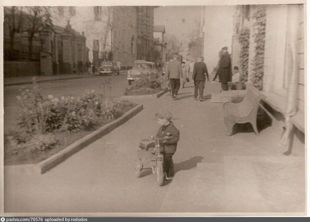 ул. Веснина напротив итальянского посольства у книжного магазина. 1963г. Фото Ю.С.Гурьева.jpg