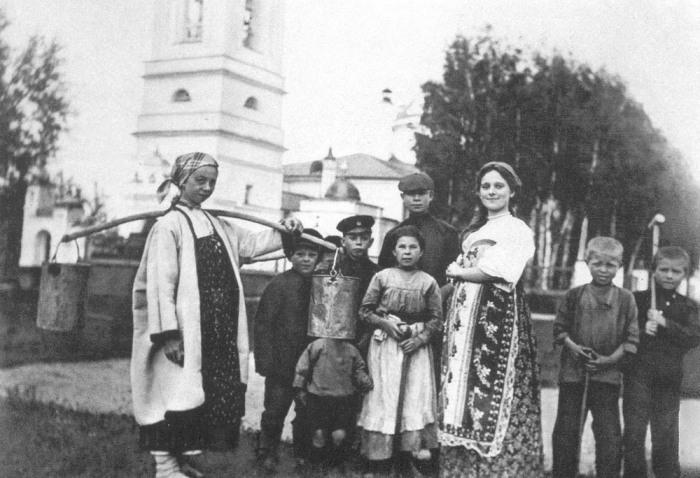 Сергей Есенин с односельчанами. Рязанская область, село Константиново, 1909 год.jpg