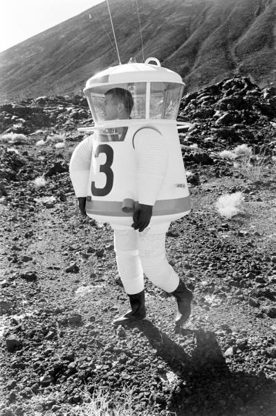 Experimental space suit for Apollo moon missions (Life magazine, 1962).jpg