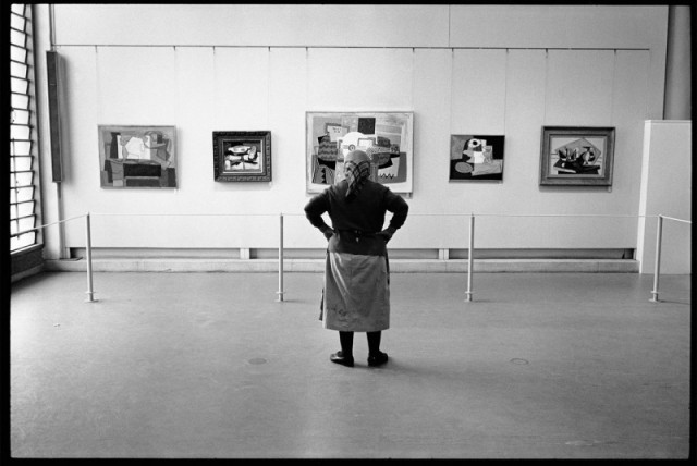 Cleaning lady at the Pablo Picasso exhibition at the tel Aviv Museum of art, Israel, 1966.jpg
