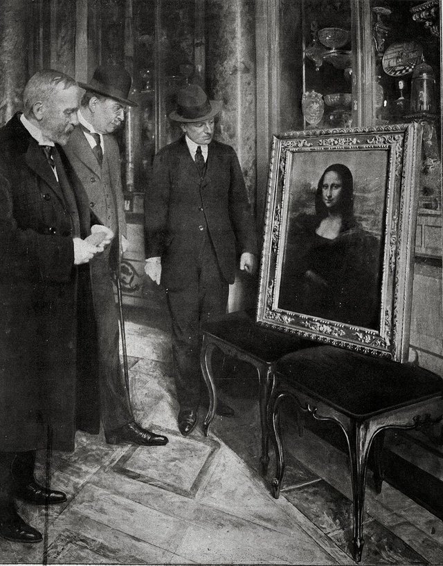 Men admiring the Mona Lisa, which was temporarily displayed in the Uffizi. The painting was found in Florence 2 years after having been stolen from the Louvre, 1913.jpg