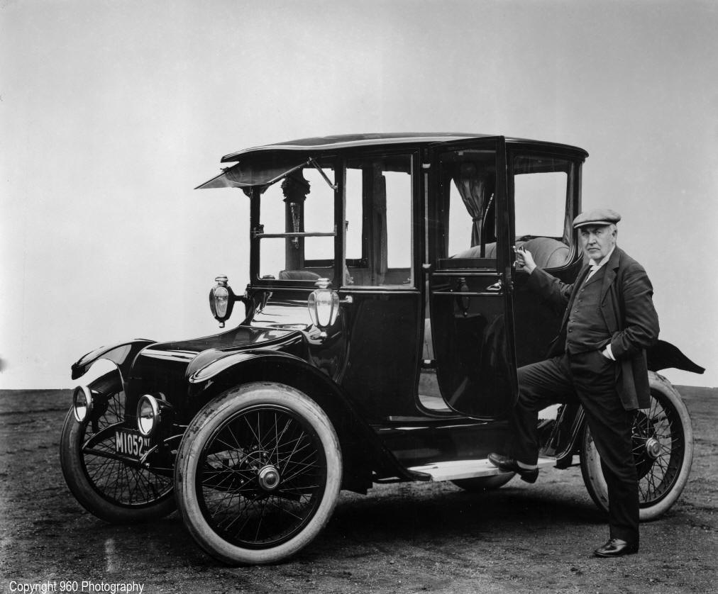 Thomas Edison next to a 1914 Detroit Electric car.png